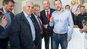 Salvini in maniche di camicia al Vinitaly (Lapresse)