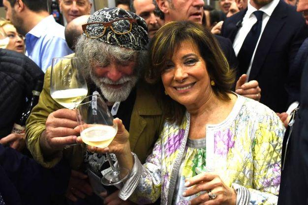 Mauro Corona con Elisabetta Casellati  (Imagoeconomica)