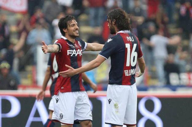 L'abbraccio tra due dei protagonisti di Bologna-Verona: Verdi e Poli (foto Ansa)