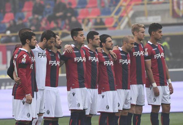 Il minuto di silenzio per ricordare Cesarino Cervellati, ala del Bologna e allenatore rossoblù (foto Schicchi)