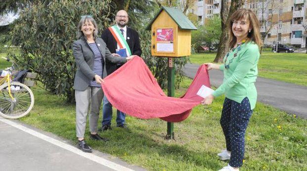 Il sindaco Simone Negri inaugura la casetta dei libri