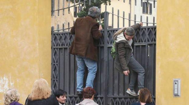 Il tentativo di scavalcare il cancello