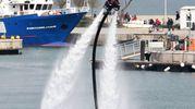Esibizione volante tra gli yacht di lusso (foto Migliorini)
