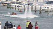 Lo show tra gli yacht di lusso (foto Migliorini)