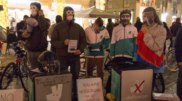 La protesta dei rider a Bologna (Dire)