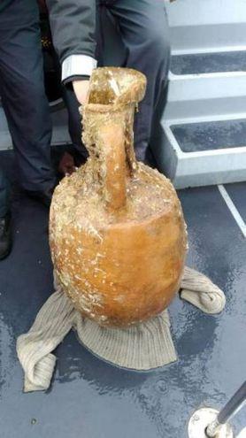 L'anfora pescata da un motopesca di Senigallia