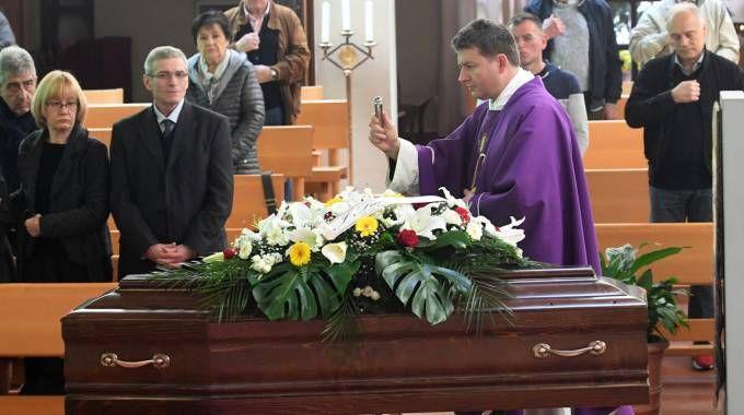 La benedizione alla bara di Cesarino Cervellati (foto Schicchi)