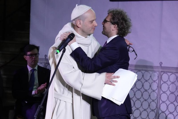 L'abbraccio fra Padre Bernardo e Luca Lotti (Gianluca Moggi / New PressPhoto)