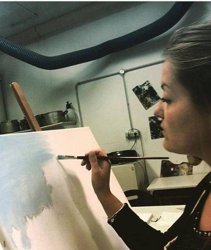 Le due restauratrici Maria Victoria Capuani e Carlotta Corduas mentre realizzano le copie de 'I papaveri' di Monet