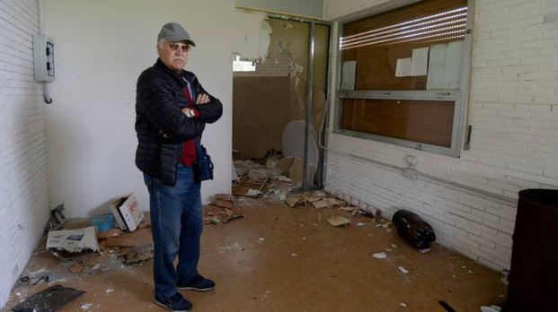 Rolando Cesca in quel che resta del chiosco (foto Calavita)
