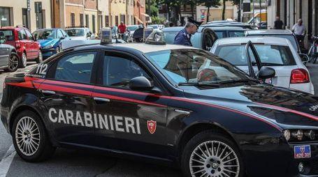 Pronto intervento dei carabinieri oggi pomeriggio per bloccare un truffatore seriale dello specchietto