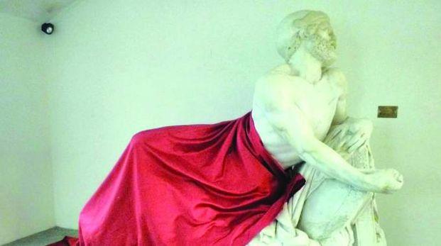 La statua di Epaminonda coperta da un drappo rosso a Cairo Montenotte (Ansa)