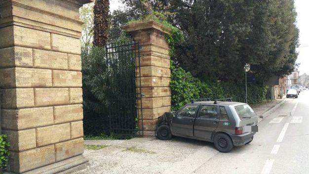 La Uno è stata scaraventata contro la colonna d'ingresso di Villa Salvadori (foto Zeppilli)
