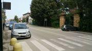 La Uno stava svoltando nei pressi di Villa Salvadori, quando è entrata in collisione con una Mercedes Classe A che viaggiava di seguito (foto Zeppilli)