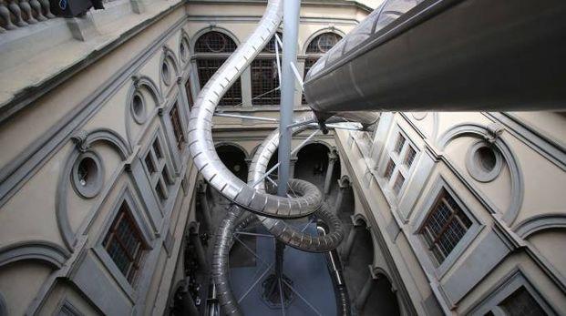 Lo scivolo di venti metri nel cortile di Palazzo Strozzi
