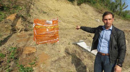 Il sindaco di Terre Roveresche indica il perimetro in attesa degli artificieri