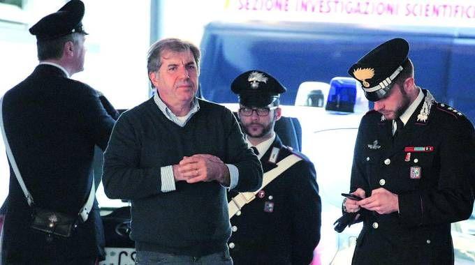Adelio Bozzoli insieme ai carabinieri (Fotolive)
