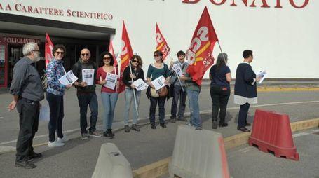 Il presidio di ieri contro le esternalizzazioni al Policlinico San Donato