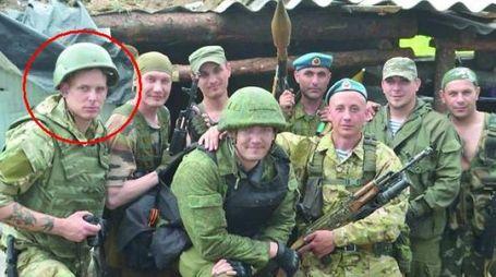 Vittorio Nicola Rangeloni con i ribeli del Donbass, lui è a destra nella foto (da qn)