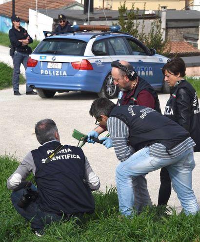 I rilievi della polizia scientifica (foto Migliorini)
