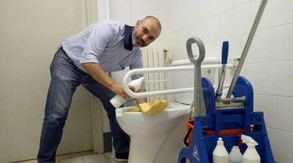Massimo Bugani pulisce i bagni in 'risposta' a Silvio Berlusconi (Ansa)