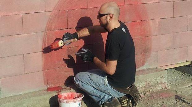 Un artista al lavoro all'ex Ceramica Vaccari (foto d'archivio)
