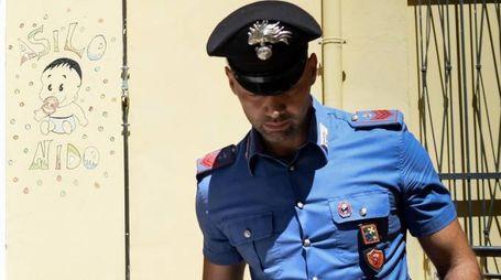 Carabinieri davanti a un asilo (foto di repertorio)