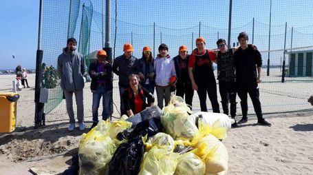 La grande pulizia della spiaggia a Sottomonte Ardizio
