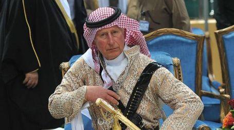 Il principe Carlo in abito saudita (Ansa)