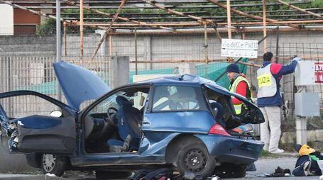 L'auto distrutta (Foto Delia)