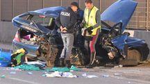 La polizia di fronte all'auto distrutta (Foto Delia)