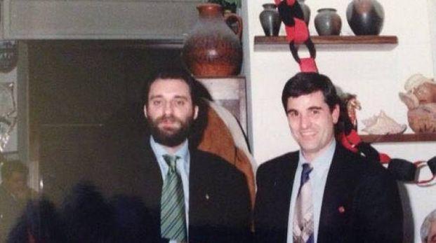 Di Bert mentre premia l'ex arbitro Dinelli a una festa del Club Fedelissimi