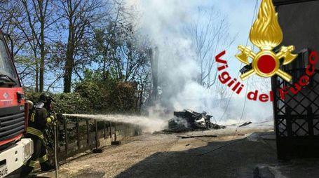 I vigili del fuoco di Macerata Feltria impegnati nell'operazione di spegnimento dei resti del camper