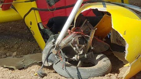 ROTTAMI  I soccorsi sul luogo dell'incidente A lato, un particolare del velivolo schiantatosi a terra in un campo
