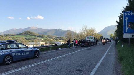 Il carro attrezzi recupera le tre motociclette rimaste coinvolte nello scontro sulla Flaminia nei pressi di Cagli