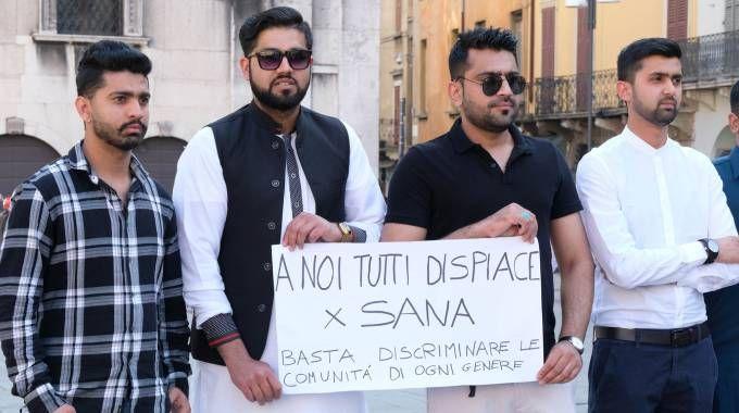 Alcuni giovani che hanno mostrato cartelli contro ogni pregiudizio