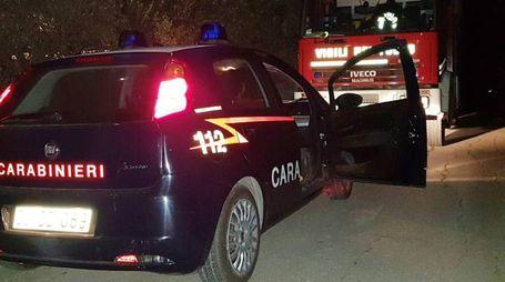 Carabinieri e vigili del fuoco sul posto (foto Zeppilli)