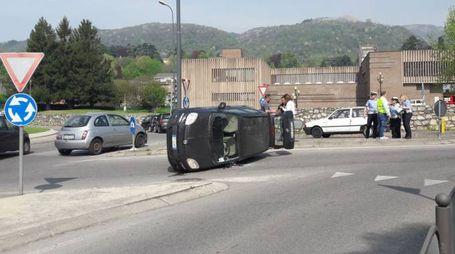 L'auto ribaltata in rotonda
