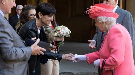 Paola Salati della società La Patria mostra la coppa alla Regina