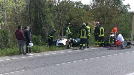 I vigili del fuoco intervenuti per estrarre il conducente dell'Audi