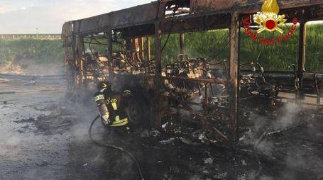 L'autobus che ha preso fuoco a Senago