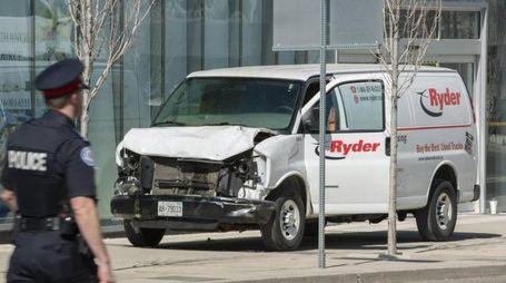 Il furgone che ha investito i passanti a Toronto (Ansa)