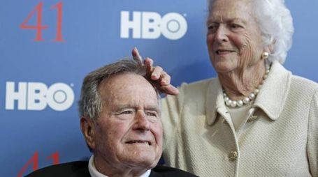 George H. W. Bush e la moglie Barbara (Ansa)