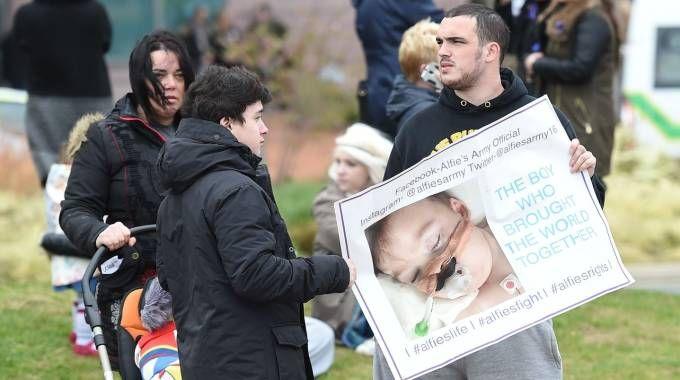 Manifestanti davanti all'ospedale di Liverpool (LaPresse)