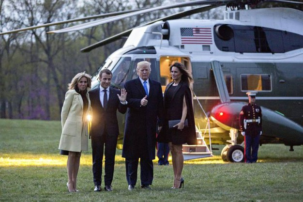 Da sinistra Brigitte e Emmanuel Macron, Donald e Melania Trump (Ansa)
