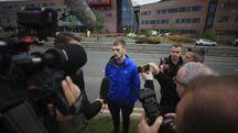 Tom, il padre di Alfie Evans, parla con i giornalisti (Ansa)