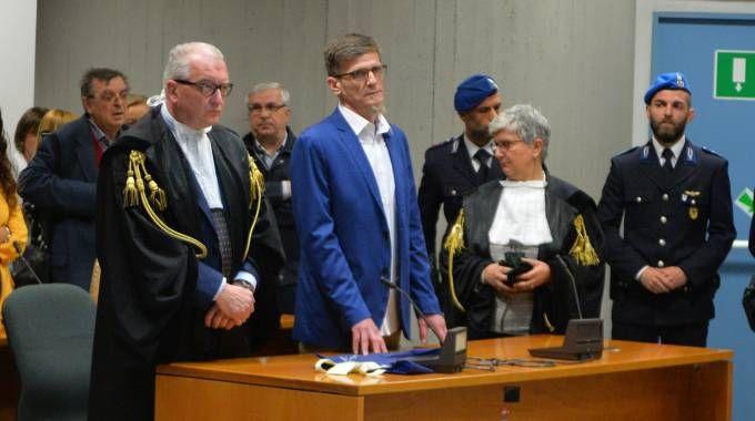Stefano Binda ascolta la lettura della sentenza (Newpress)
