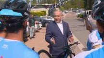 Benyamin Netanyahu con la squadra israeliana di corsa prima del Giro (Twitter)