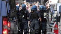 Tensione tra manifestanti e forze dell'ordine