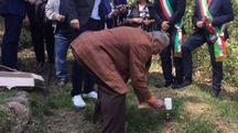 Enrico Pieri a Sant'Anna pianta un chiodo in ricordo di Anna Pardini